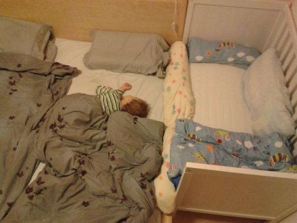 Rechts ist Minimupfens Bett, meins in der Mitte und rechts nächtigt Herr Mupf.